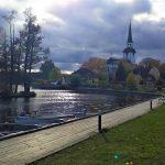 Vy över kyrkan och båthamnen